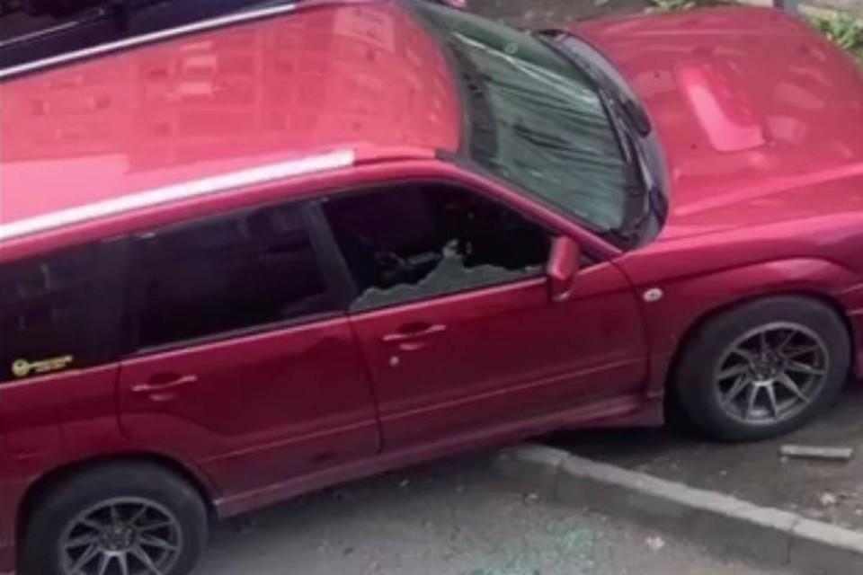Агрессивный мужчина разбил в авто стекло. Фото: www.instagram.com/dps_vl.