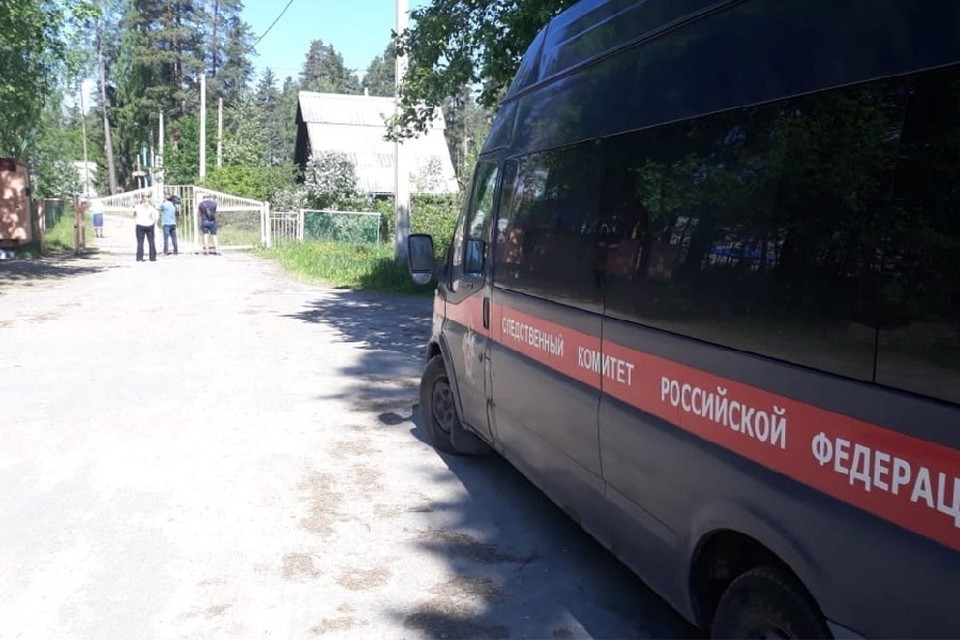 """Следователи в лагерь """"Мечта"""" на который пожаловались родители отдыхающих детей. Фото: vk.com/lenobl.sledcom"""