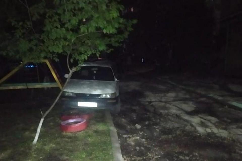 Возле дома №33 хабаровчанка не смогла совладать с иномаркой и выехала на детскую площадку
