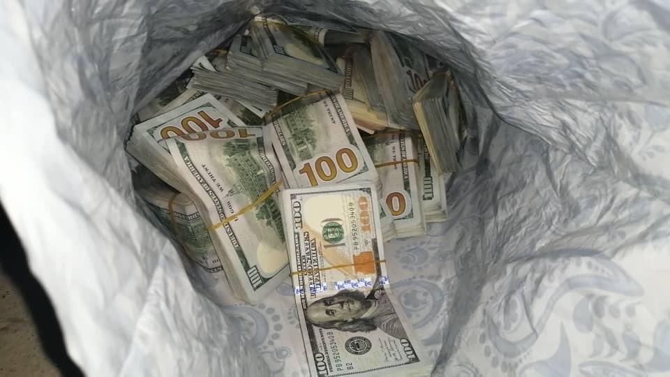 В доме подозреваемого нашли крупную сумму денег.