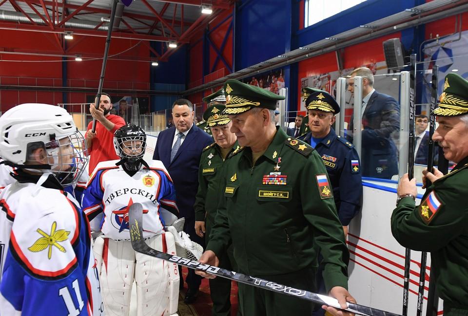 Сергей Шойгу вручил хоккеистам новые клюшки и сделал фото на память Фото: ПТО