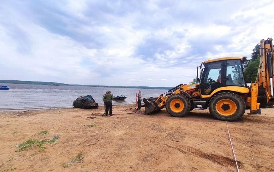 Машину подняли со дна реки, в ней обнаружены человеческие останки.
