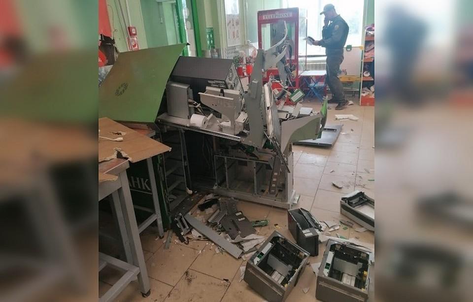 """От взрыва повредился не только банкомат, но и стеллажи магазина. Фото: """"Подслушано Камышлов"""" во """"Вконтакте"""""""