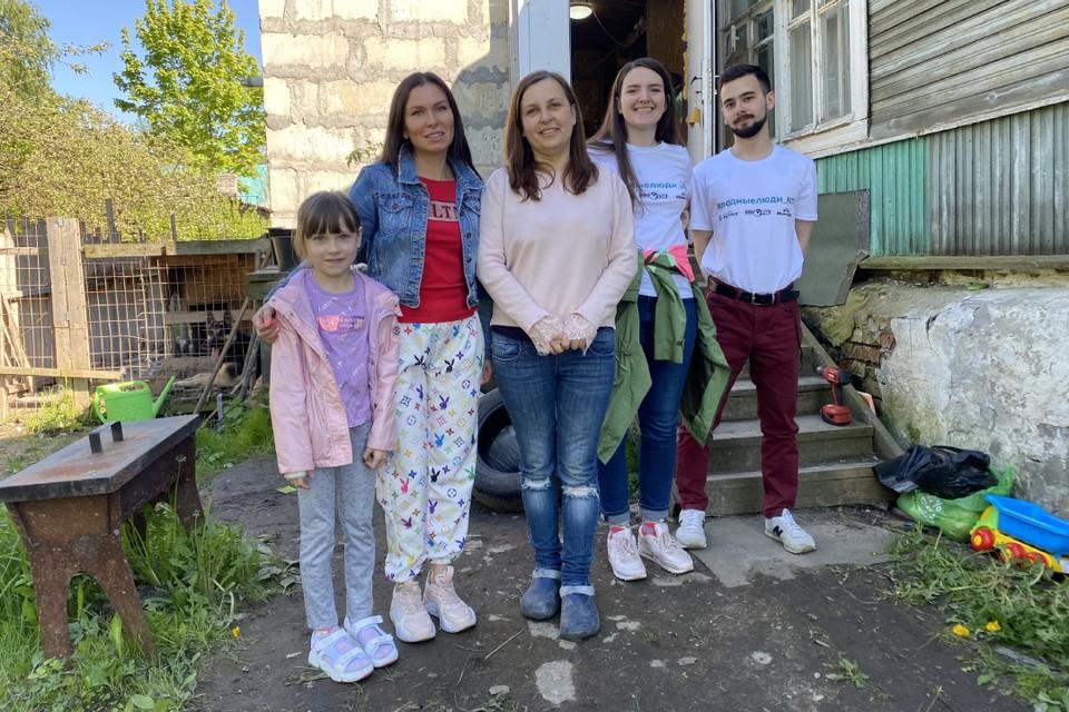 Команда проекта «Родные люди» вместе с хозяйкой дома Татьяной. Фото: Александр ГОЛИКОВ.