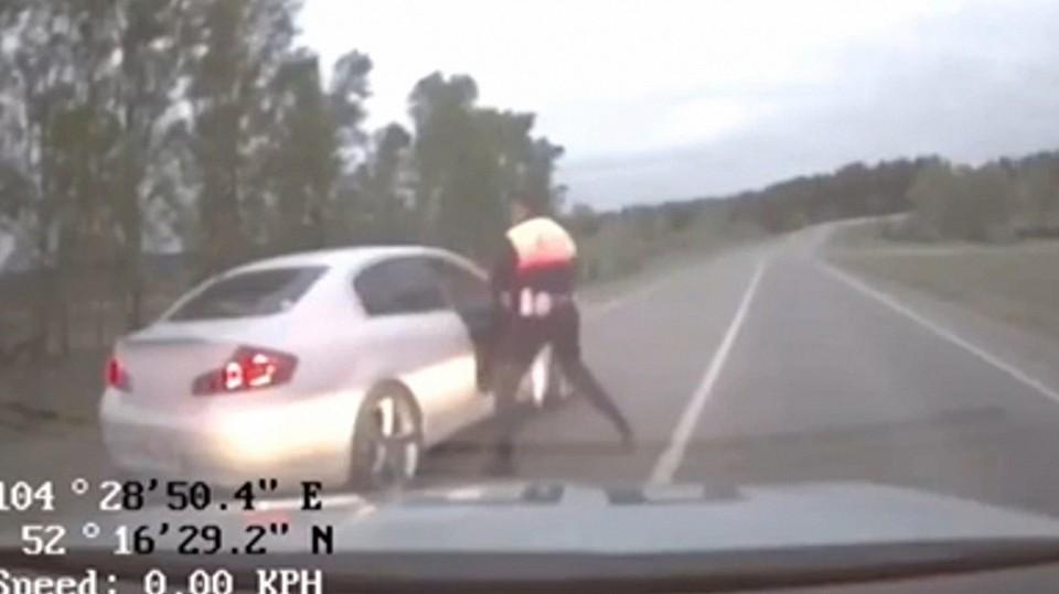 Пьяный лихач после погони бросил машину и пытался сбежать от инспекторов ГИБДД в Иркутске. Фото: МВД Медиа