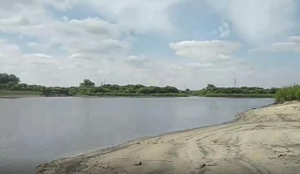 В Тюмени из реки достали тело мужчины, пропавшего пять лет назад. Скриншот из видео.