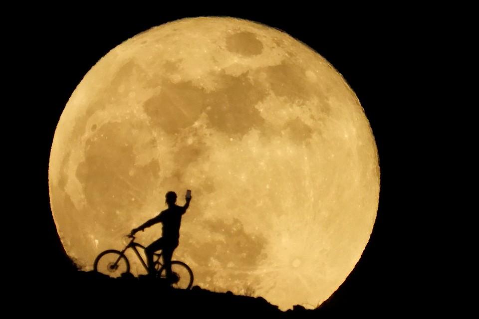 B последние тысячелетия Луна удаляется от нашей планеты со скоростью примерно 4 см в год