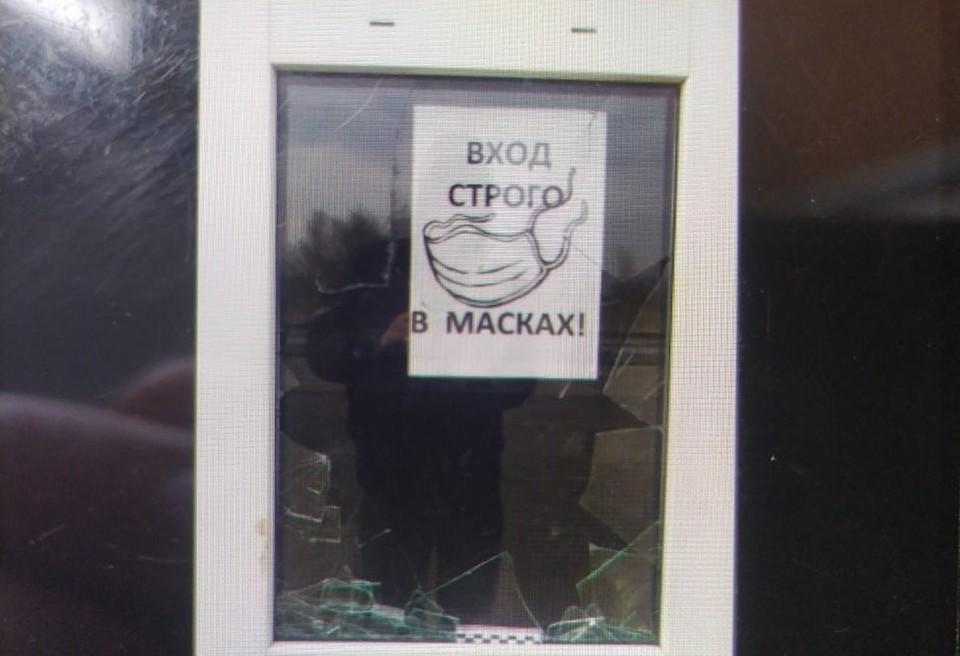 Смолянин разбил стекло в здании железнодорожного вокзала. Фото: ЛО МВД России на станции Смоленск.