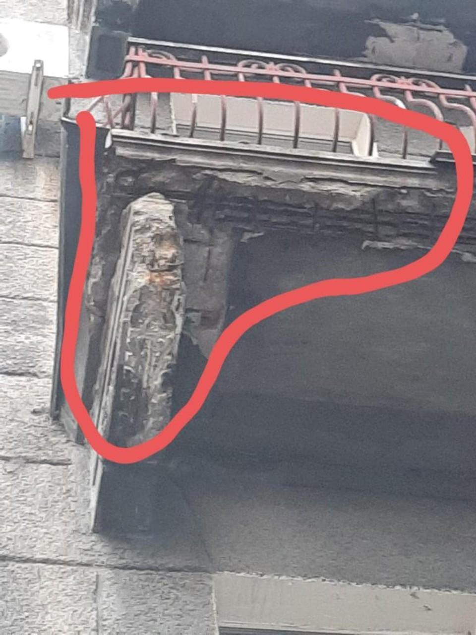 Рухнула часть штукатурки балкона.