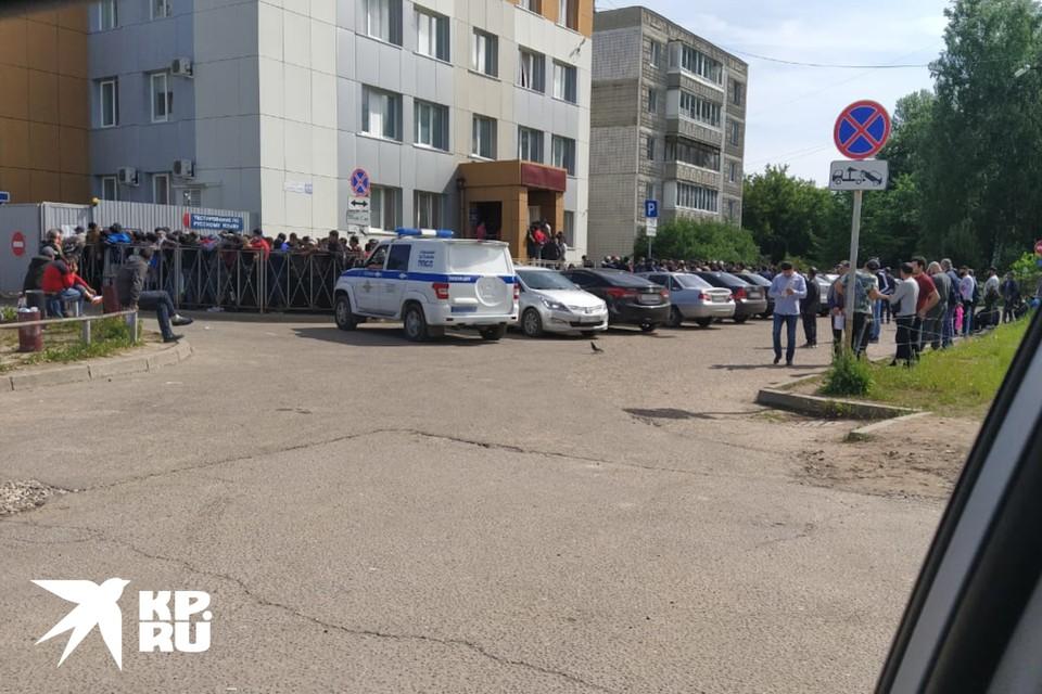 В Твери утром у отдела МВД на Грибоедова толпились мигранты.