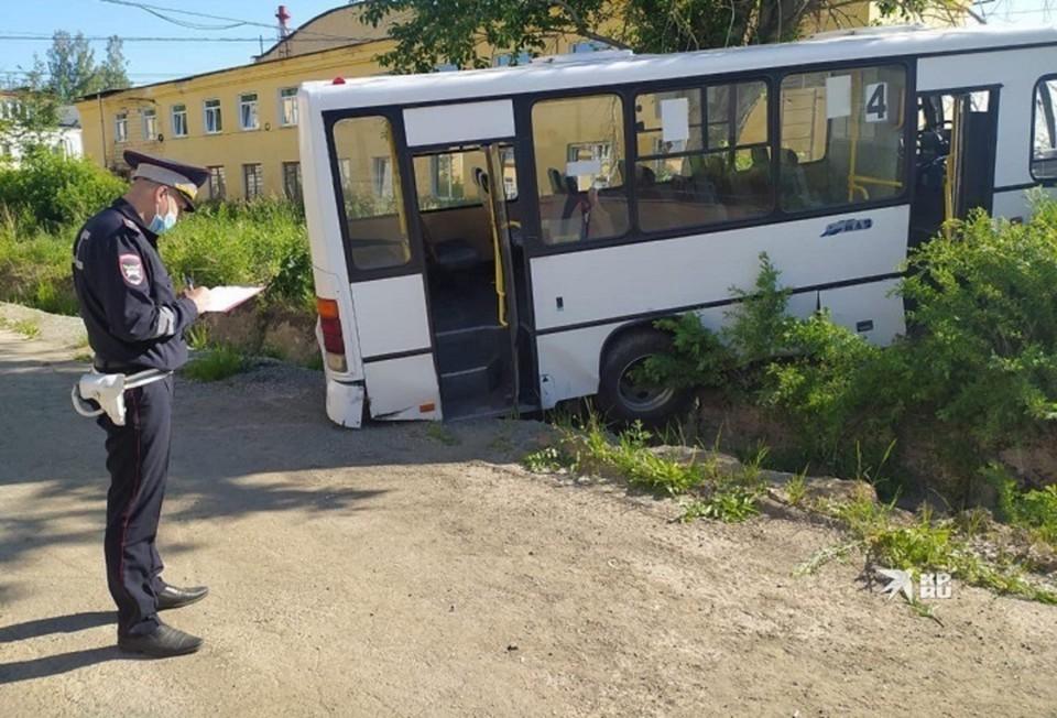 Неуправляемый автобус повалил ворота предприятия и налетел на людей. Фото: УГИБДД по Свердловской области
