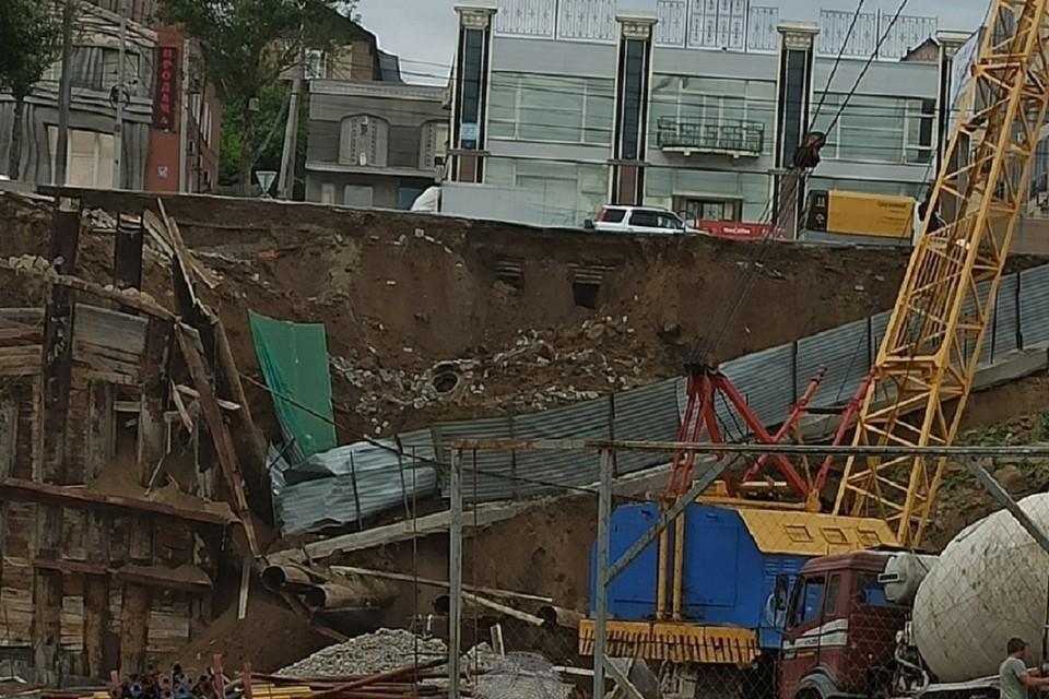 """В Новосибирске на Большевистской улице рухнул забор на стройке. Фото: """"ИНцидент Новосибирск""""."""
