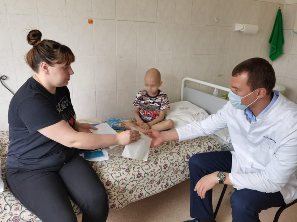 По поручению Дегтярева маме мальчика помогли оформить все необходимые документы. Фото: Правительство Хабаровского края