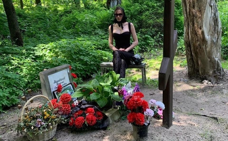 Подписчики захейтили Водонаеву, пришедшую на могилу Балабанова в откровенном наряде. Фото - alenavodonaeva.