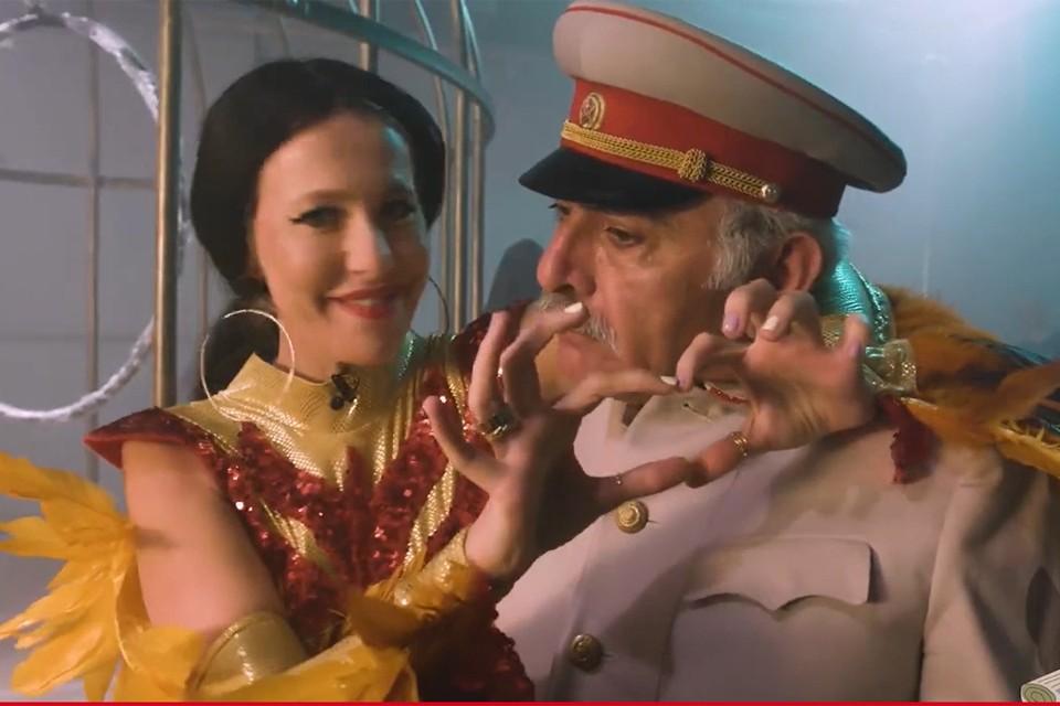 В финале ролика Бузова-Собчак обнимает играющего Сталина актера и томно объявляет: «Я самая знаменитая женщина этой страны, и я спасу Сталина, потому что мои люди всегда со мной!». Фото: кадр видео.