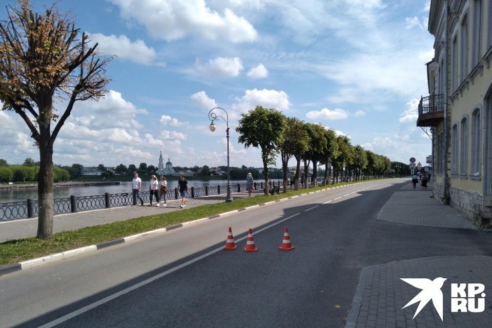 На набережной большинство предпочитает прогуливаться ближе к Волге, но на велосипеде или самокате, безусловно удобней ехать по дороге без машин
