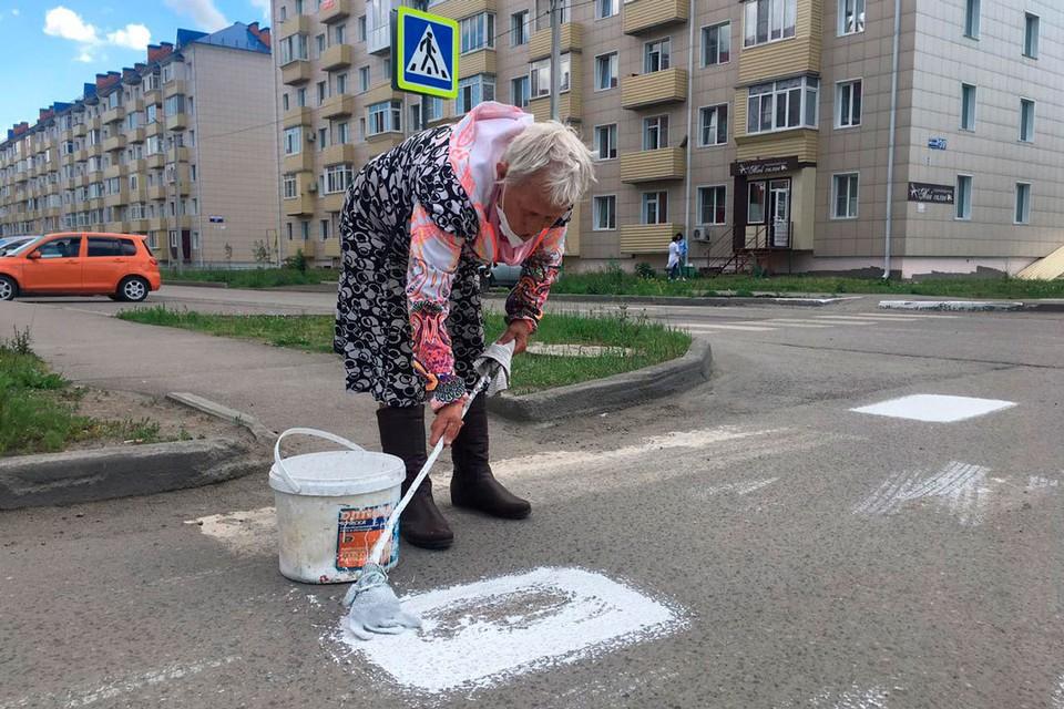 Пенсионерка нестандартно отметила день России. Фото Евгения Плахотина.