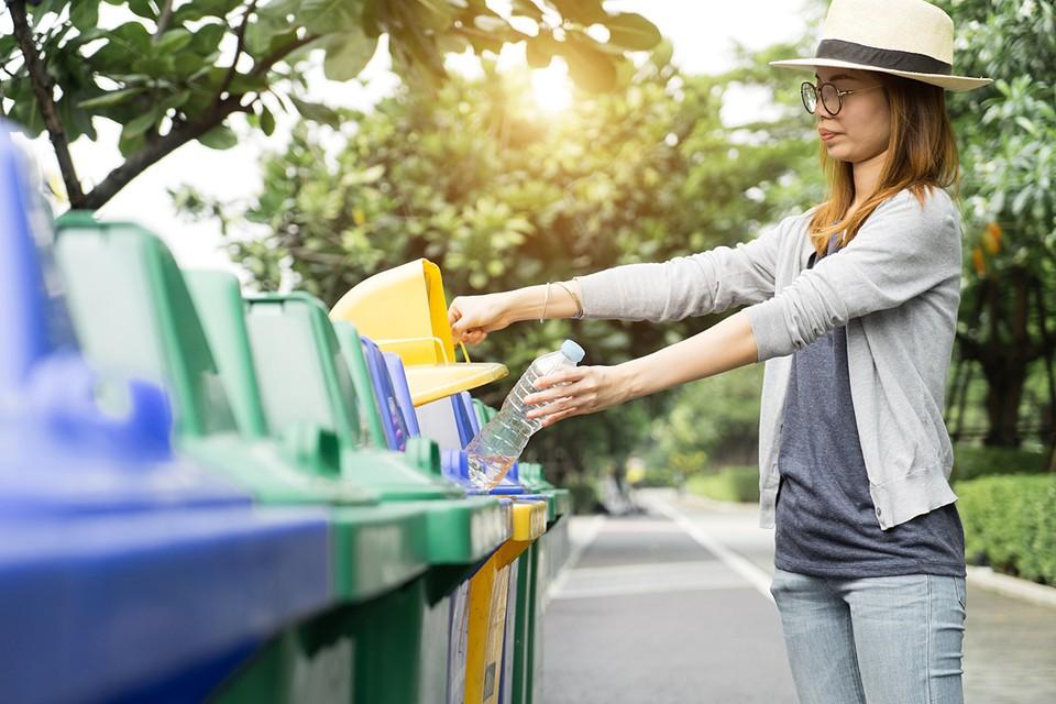 3% пластика используется в быту, 97% - в промышленности. Так что для природы не имеет значения, разделяем мы бытовой мусор или нет. В Европе это делают для того, чтобы народ почувствовал свою причастность
