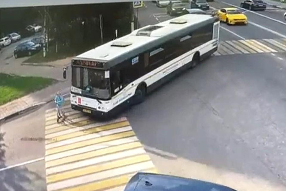 Девочка решила переехать дорогу на самокате по «зебре».