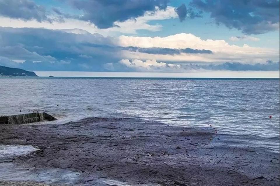 Потоки воды с мусором продолжают стекать в море. Фото: Андрей Бурдейный