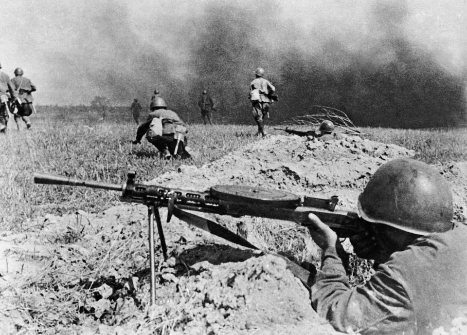 Великая отечественная война, 1941 год. Вслед за огневым ураганом пошла в бой наша пехота. Репродукция Фотохроники ТАСС
