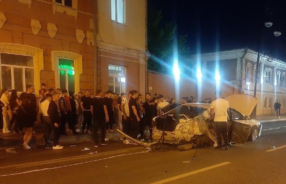 """В центре Тюмени автомобиль влетел в толпу пешеходов. Фото - """"ЧП Тюмень""""."""