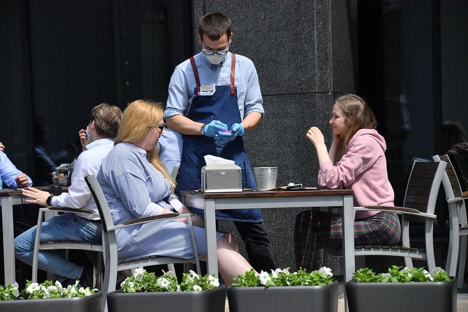 Проверить QR-код, необходимый для посещения кафе, ресторанов и массовых мероприятий в Москве с 28 июня, можно в приложениях Департамента транспорта Москвы.