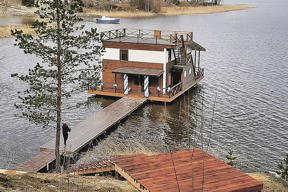 Два плавучих дома Олег превратил в отели, а сейчас готовится строить третий и жить в нем со всей семьей. Фото: houseboatkarelia.ru