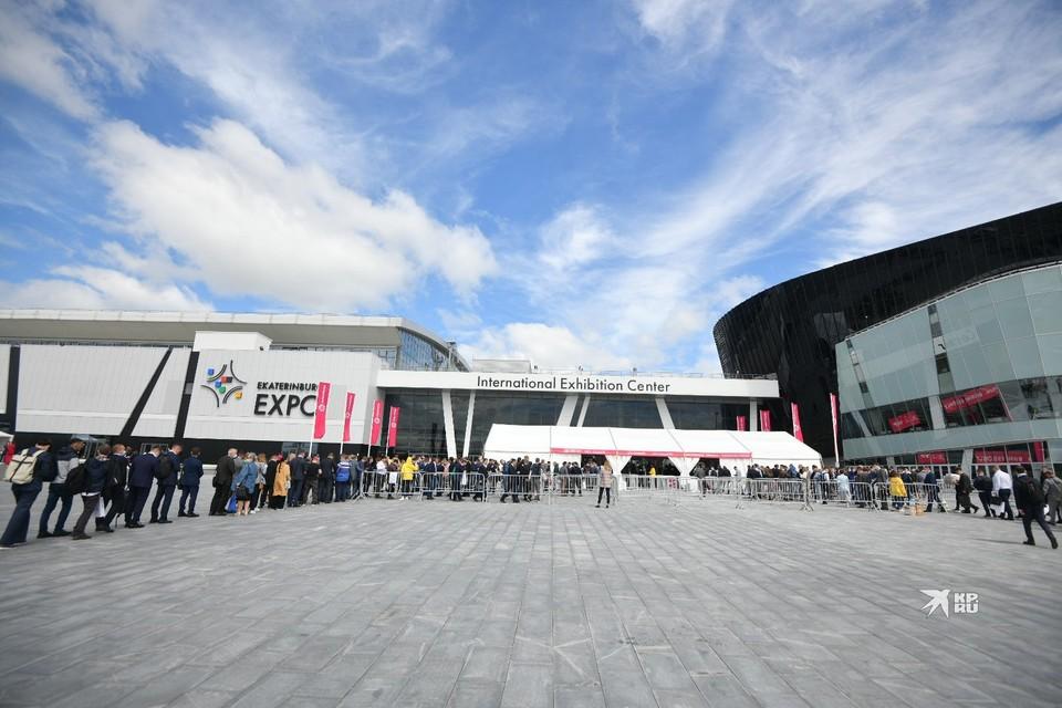В первый день работы выставки перед входом скопились посетители