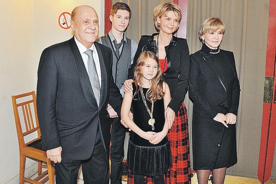 Режиссер Владимир Меньшов с женой - актрисой Верой Алентовой, дочерью - телеведущей Юлией Меньшовой и внуками Таисией и Андреем.