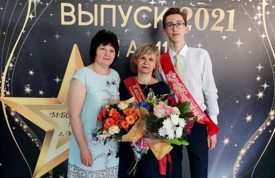 Даниил со своей классной руководительницей и мамой.