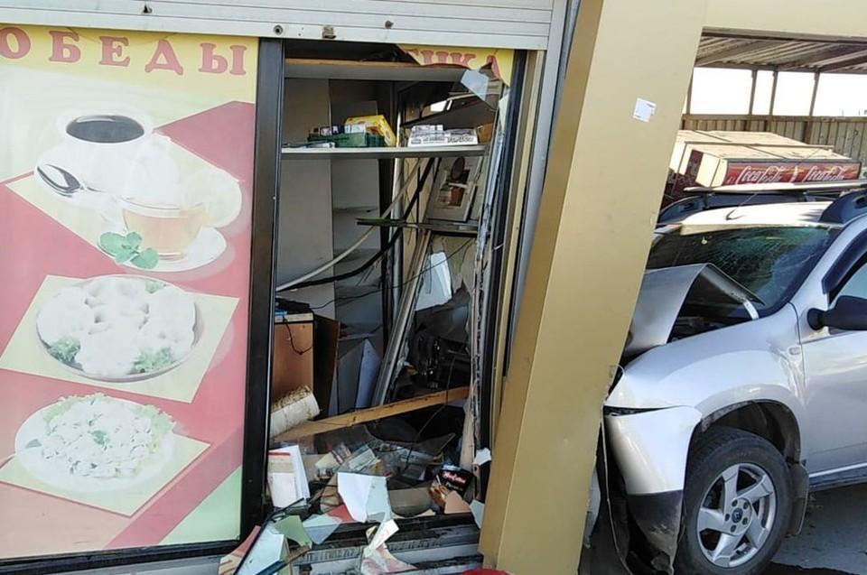 Кроссовер влетел в остановку и киоск с горячей выпечкой. Фото: АСТ-54