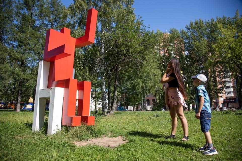 Четырехметровые деревянные творения художника Андрея Люблинского стали символом «культурной революции».