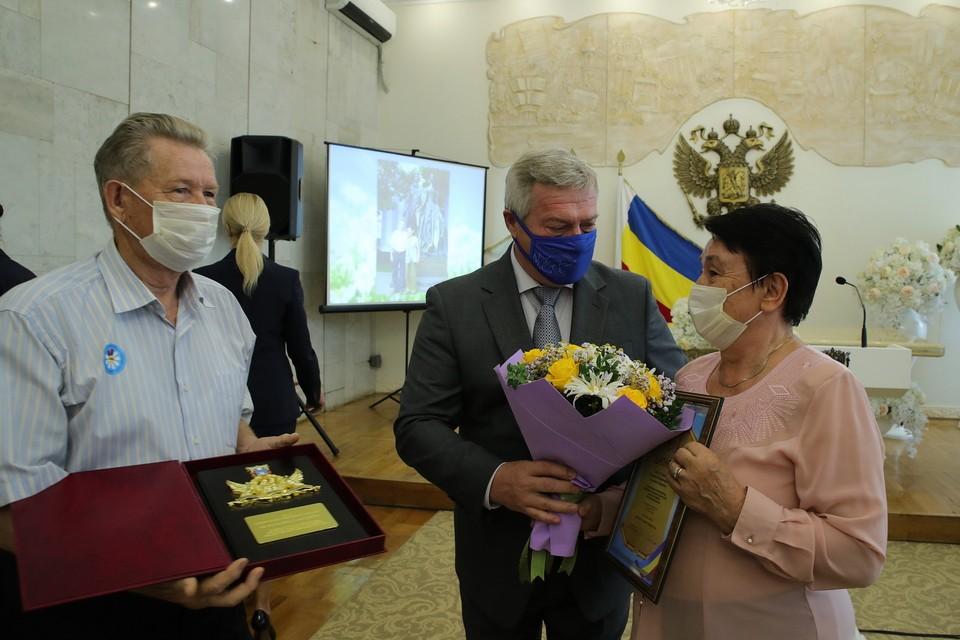 Семьи-долгожители получили из рук главы региона награды. Фото: сайт правительства Ростовской области
