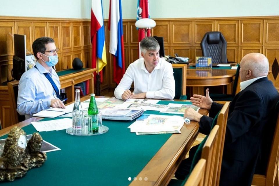 Планы по развитию микрорайона глава администрации обсудил с застройщиком. Фото: страница в Instagram Алексея Логвиненко