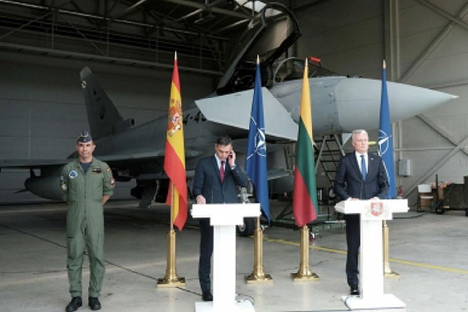 В Литве пришлось прервать пресс-конференцию президента на авиабазе НАТО из-за боевой тревоги.