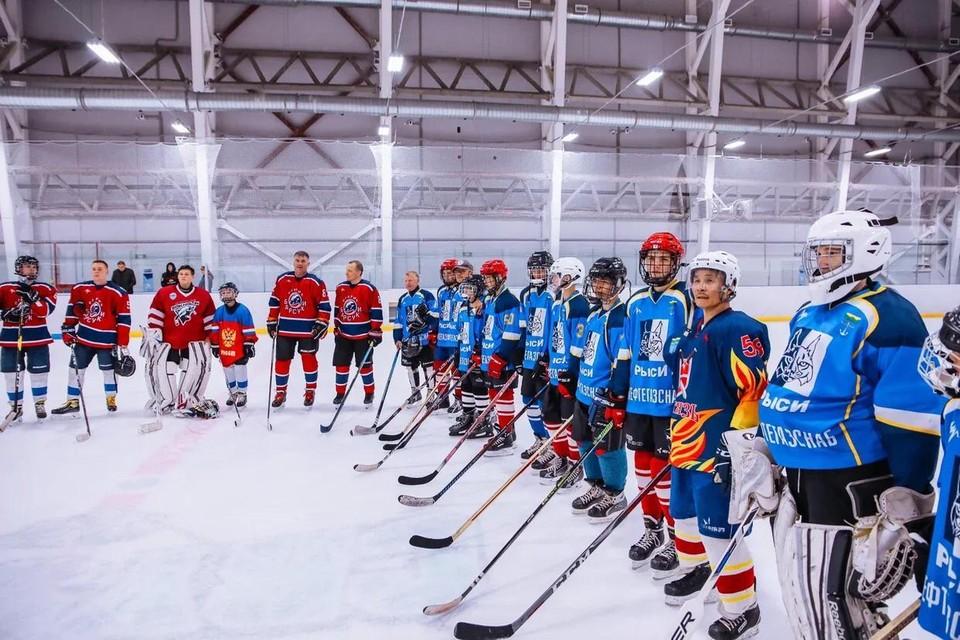 Спортивный сбор был организован для ребят и любителей хоккея сельской команды «Витязи»