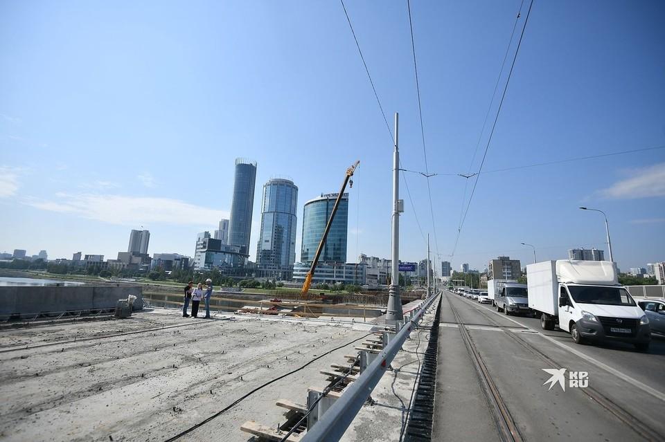 В ближайшие выходные движение транспорта по мосту будет перекрыто.