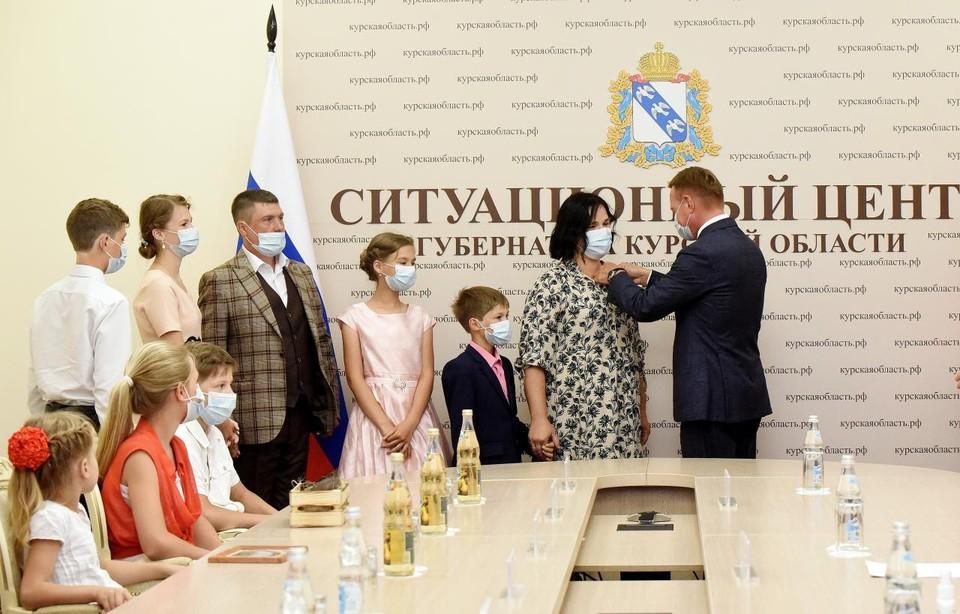 Семьи поздравил губернатор Курской области Роман Старовойт