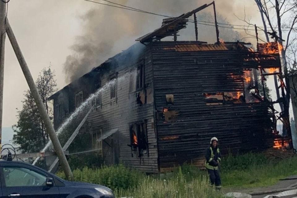 Этот дом горит уже не первый раз. Фото: vk.com/murmanskgroup