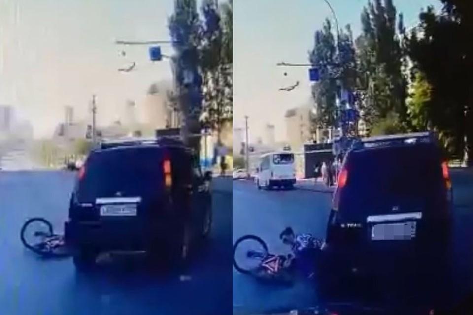 В Новосибирске иномарка сбила велосипедиста на пешеходном переходе. Фото: Кадр из видео