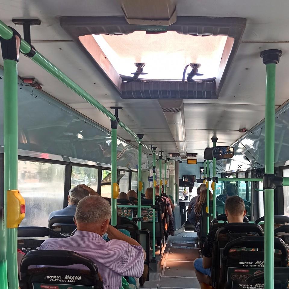 Автобусы без кондиционеров охлаждаются по старинке: с помощью люков и форточек.