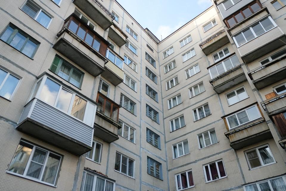 2-летняя девочка выжила, выпав и окна шестого этажа.