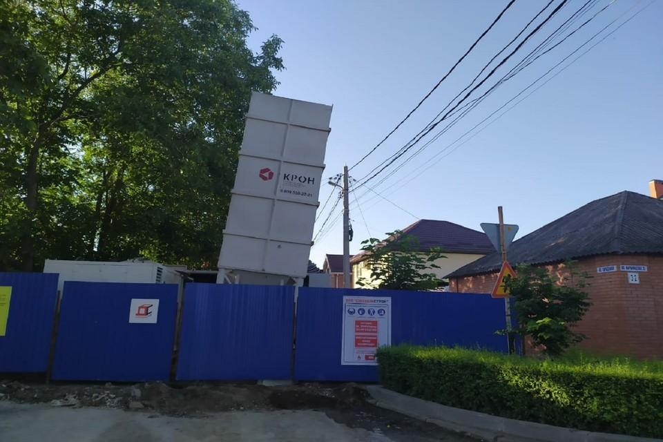 """В Ростове местные жители опасаются, что бочка с цементом рухнет на их дом. Фото: """"Это Ростов"""""""