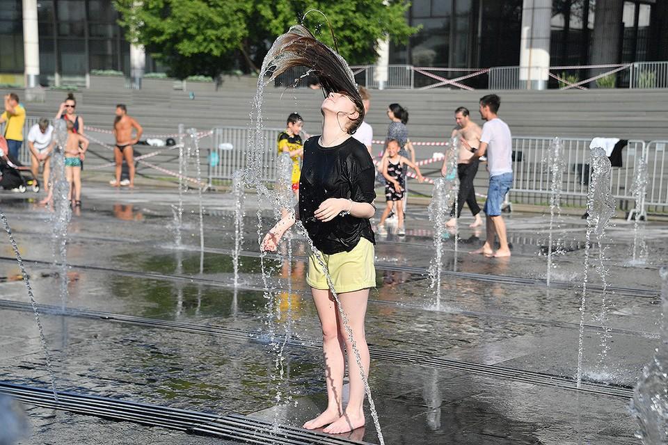 Москву охватила рекордная жара, синоптики прогнозируют ещё несколько дней высокой температуры.