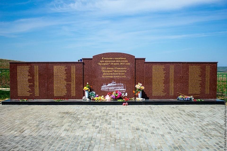 На мемориале написаны имена всех погибших в ходе катастрофы