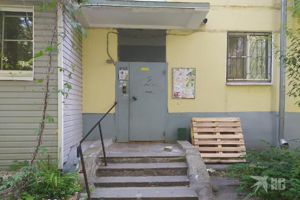 Одного из погибших в Рязани от рук подростков часто видели выходящим из этого подъезда.