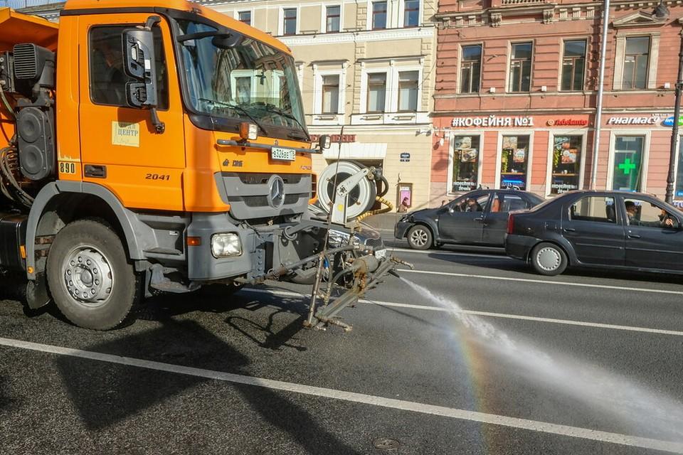 В Санкт-Петербурге усилили полив дорог из-за аномальной жары.
