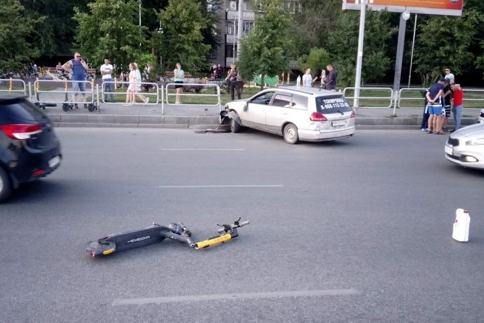 От удара самокат отбросило через перекресток, авто врезалось в ограждение. Фото: ГИБДД Челябинск
