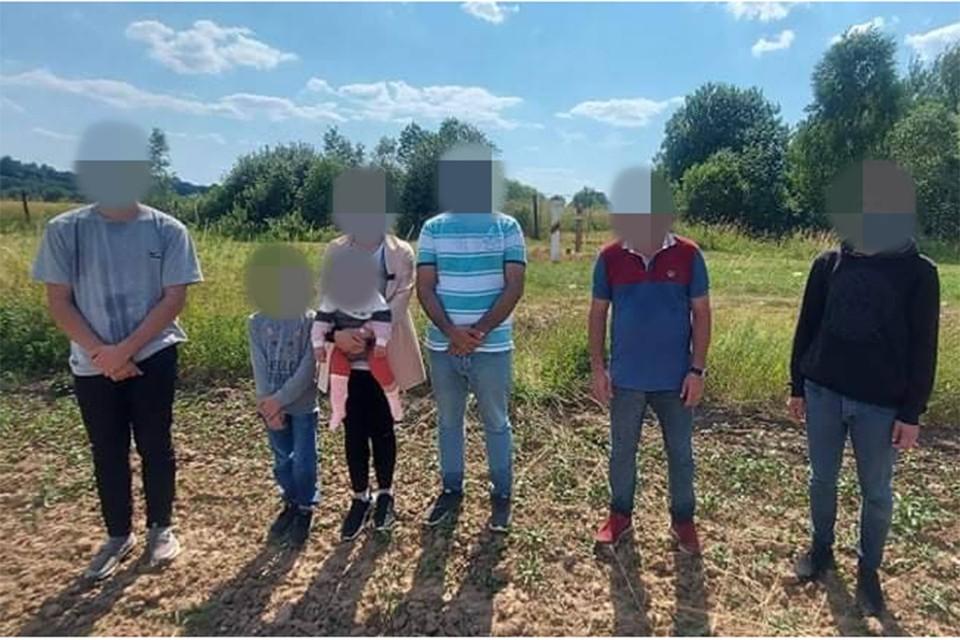 За сутки в Литве задержали несколько десятков нелегальных мигрантов, пришедших со стороны Беларуси, среди них были дети. Фото: пограничная служба Литвы.